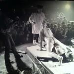 Los actores desnudos embadurnados en pintura copulan sobre el lienzo-cama bajo las ordenes de Kiku Mistu
